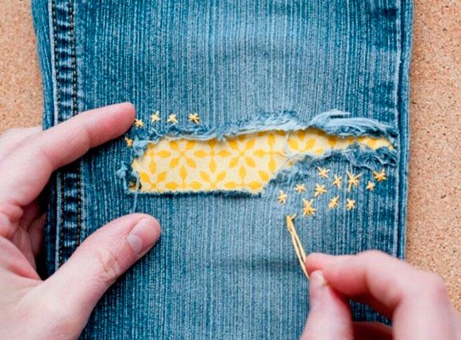Заплатка на джинсах из кружева