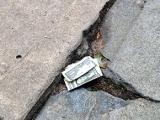 Чи можна підбирати гроші на вулиці?